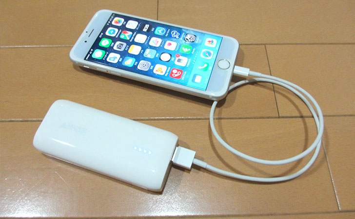 Anker Astro E1 5200mAhとiPhoneを繋いだ様子