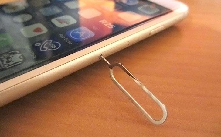 iPhoneのSIMカードを取り出す